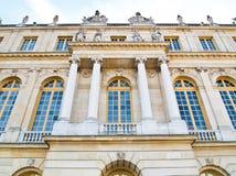 Escúdese Versaille con el cielo azul en el fondo Foto de archivo libre de regalías