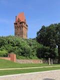 Escúdese y la torre del puesto de observación en Tangermuende, Alemania Imagen de archivo