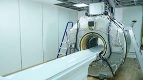 Esc?ner de MRI sin los paneles de recubrimiento pl?sticos superiores Junta e instalaci?n de la m?quina de MRI Edificio de nuevo m almacen de metraje de vídeo