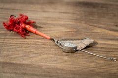 Esca di cucchiaio, richiami, mosche, attrezzatura per pescare o la pesca del pesce predatore sul fondo di legno della piattaforma Immagine Stock