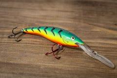 Esca di cucchiaio, richiami, mosche, attrezzatura per pescare o la pesca del pesce predatore sul fondo di legno della piattaforma Fotografie Stock