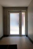Esca il corridoio di vetro della porta di entrata immagine stock libera da diritti