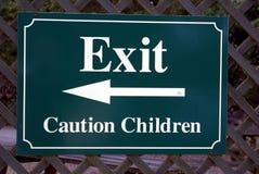 Esca il segno segno dei bambini di cautela Uscita Immagini Stock