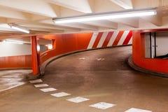 Esca la rampa nel garage di parcheggio Fotografia Stock