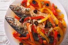 Escabeche des poissons de maquereau avec des légumes en gros plan horizontal Photo stock