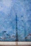Escada alta na parede azul Imagem de Stock Royalty Free