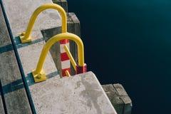 Escada amarela em um cais Fotos de Stock