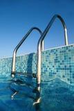 Escada brilhante do cromo na associação, céu azul Imagem de Stock