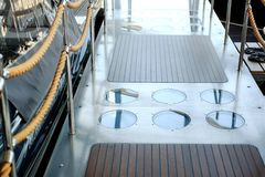 Escada com cordas em um barco de mar do cruzeiro imagem de stock