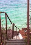 Escada com o oceano no fundo imagens de stock