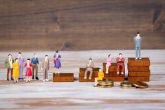 Escada da carreira O futuro do fundo do trabalho, da competição e do negócio Miniaturas humanas coloridas Imagens de Stock