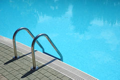 Escada da piscina Fotografia de Stock