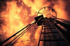 Escada da refinaria sob o céu mau Fotos de Stock Royalty Free