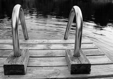 Escada de aço na doca de madeira Foto de Stock