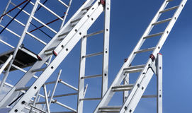 Escada de alumínio que aponta a imagens de stock
