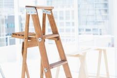 Escada de etapa no escritório brilhante fotografia de stock