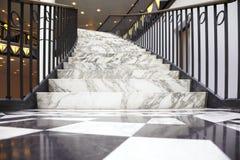Escada de mármore branca no interior luxuoso Fotografia de Stock Royalty Free