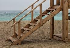 Escada de madeira ao lado do mar foto de stock