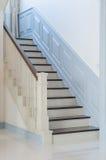 Escada de madeira do estilo clássico com trilhos brancos Imagem de Stock