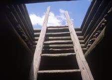 Escada de madeira que conduz ao telhado da missão espanhola, parque histórico nacional da lama dos Pecos, nanômetro imagem de stock