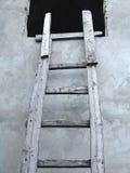 Escada de madeira velha do cuve do vintage perto de uma parede Fotos de Stock