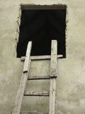 Escada de madeira velha do cuve do vintage perto de uma parede Foto de Stock