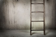 Escada de madeira velha em uma parede do cimento Fotos de Stock
