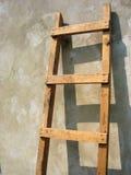 Escada de madeira velha sobre a parede Fotografia de Stock Royalty Free