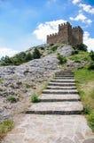 A escada de pedra que conduz na fortaleza na parte superior da montanha Imagens de Stock Royalty Free