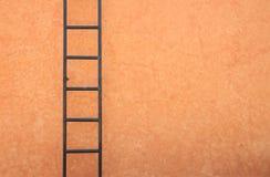 Escada do ferro na parede Imagens de Stock Royalty Free