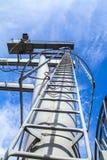 Escada do guindaste e céu azul foto de stock