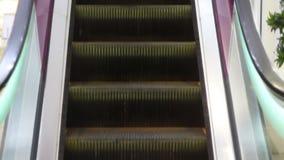 Escada e escadas rolantes em uma ?rea p?blica vídeos de arquivo