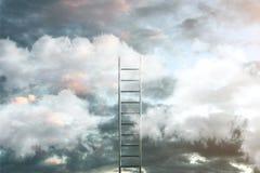 Escada em nuvens com fundo do c?u - maneira ao conceito do sucesso ilustra??o 3D ilustração do vetor