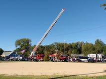 A escada em um carro de bombeiros, toca em um evento da comunidade do caminhão, Rutherford, NJ, EUA fotografia de stock