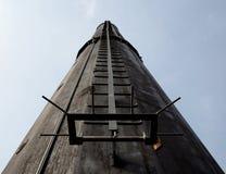 Escada em uma torre industrial do metal Fotos de Stock
