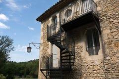 Escada exterior da espiral do metal na casa velha Fotografia de Stock Royalty Free
