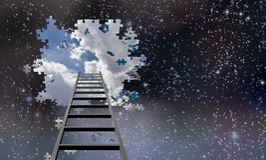 Escada a furar no céu noturno imagens de stock royalty free