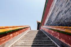 Escada icónica chinesa no palácio de verão, um lugar do hot spot dominado principalmente pelo monte da longevidade e lago Kunming imagem de stock