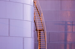 Escada no lado de um tanque de armazenamento Imagens de Stock