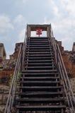 A escada, o céu e a parada do sinal moldaram o vertical no templo de Angkor imagens de stock royalty free