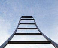Escada ondulada que aponta ao céu Sumário, fundo mínimo imagens de stock