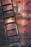 Escada oxidada velha do metal fotografia de stock