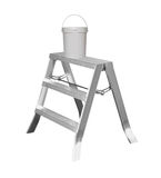 Escada pequena do metal com a pintura isolada Imagens de Stock Royalty Free