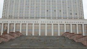 Escada perto da entrada principal da casa branca de Rússia na cidade de Moscou, close-up filme