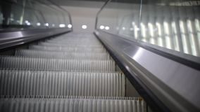 Escada rolante acima, mecanic movente, eclético, escada e escadas rolantes em uma área pública filme