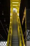 Escada rolante amarela de néon Imagens de Stock