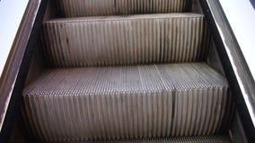 A escada rolante aumenta na passagem subterrânea filme