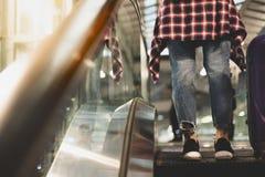 Escada rolante bonita do uso do viajante ou da mulher da partida para ir a fotografia de stock