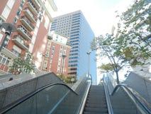 Escada rolante cercada por construções grandes em Paris Foto de Stock Royalty Free