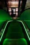 Escada rolante com iluminação verde em um bonito imagens de stock